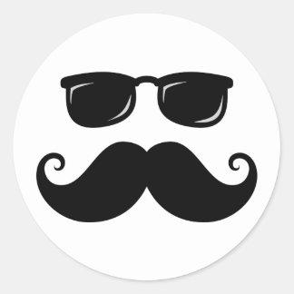 Bigote y cara divertidos de las gafas de sol pegatina redonda