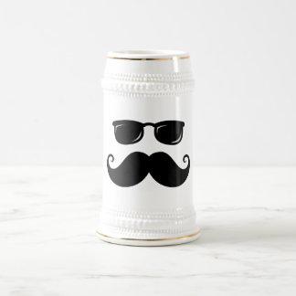 Bigote y cara divertidos de las gafas de sol taza