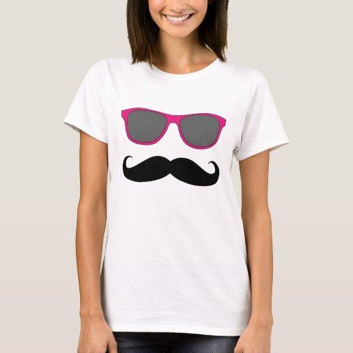 Bigote y humor rosado de las gafas de sol playera