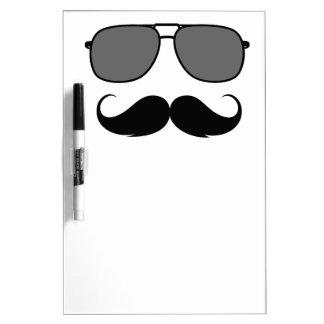 bigote y vidrios pizarra