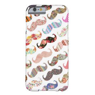 Bigotes coloridos femeninos divertidos de los funda de iPhone 6 barely there