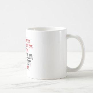 Biólogo molecular asombroso en la acción tazas de café