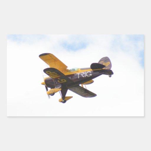Biplano aeroacrobacia en vuelo pegatina rectangular
