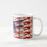 Biplano del vintage en los regalos de madera de la tazas de café