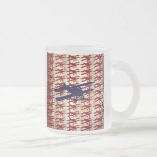 Biplano del vintage en los regalos de madera de la taza de cristal