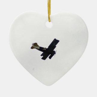 Biplano modelo en vuelo ornatos