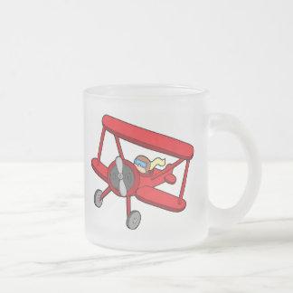 Biplano rojo que vuela taza de cristal