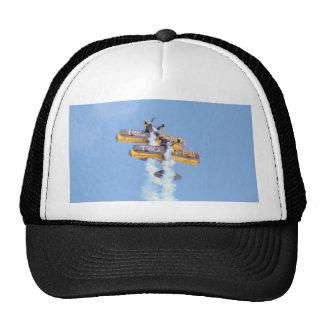 Biplanos aeroacrobacias en vuelo gorro de camionero