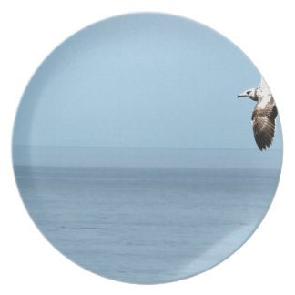 Bird flying over the ocean party plate