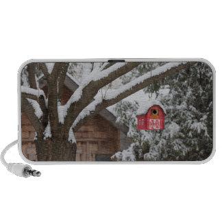 Birdhouse rojo del granero en árbol en invierno mini altavoces