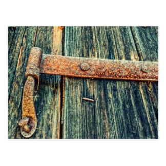 Bisagra de extremo vieja oxidada de la puerta de tarjeta postal