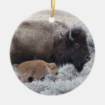 Bisonte de la vaca y del becerro, Yellowstone 2 Adorno Navideño Redondo De Cerámica