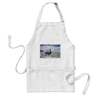Bisonte en las montañas del invierno de Yellowston Delantal