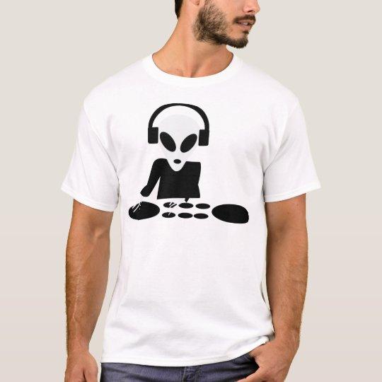 black alien turn tables dj icon T-Shirt