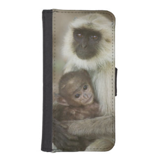 Black-face Langurs, mother with baby, in iPhone SE/5/5s Wallet