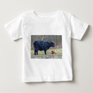 Black mother scottish highlander cow with calf tee shirt