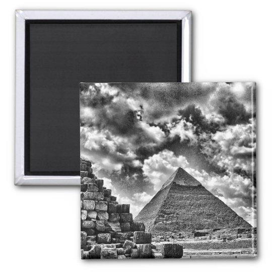 Black & white pyramids magnet