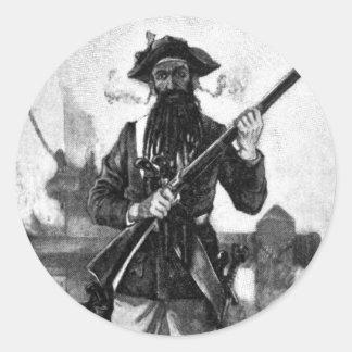 Blackbeard en la atención con el rifle pegatina redonda