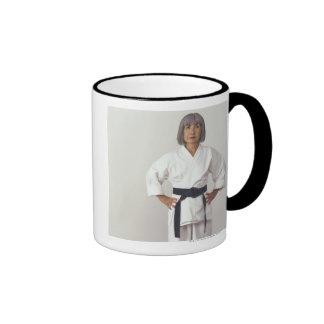 Blackbelt femenino maduro del karate, retrato taza de dos colores