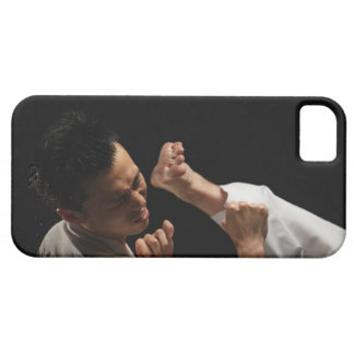 Blackbelt que es golpeado con el pie adentro la funda para iPhone SE/5/5s