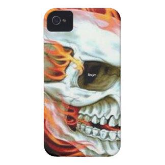 Blackberry intrépido - cara del cráneo en el fuego iPhone 4 Case-Mate carcasas