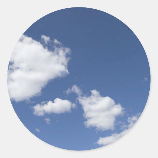 blancas de los nubes de la estafa del azul del etiquetas redondas
