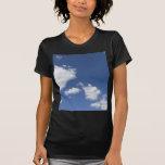 blancas de los nubes de la estafa del azul del camisetas