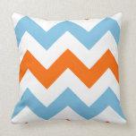 Blanco anaranjado del modelo de zigzag y azul almohadas
