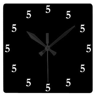 Blanco cinco en punto en alguna parte en negro reloj cuadrado