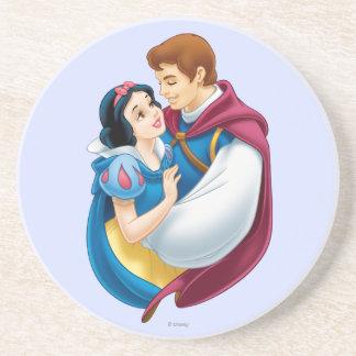 Blanco como la nieve y príncipe el encantar abraza posavasos de arenisca