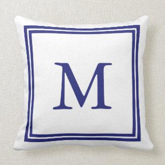 Blanco con el monograma azul náutico del marco cojín