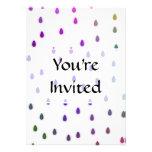 Blanco con gotas de lluvia del color del arco iris invitaciones personales