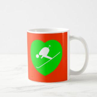 Blanco de esquí en la taza verde del corazón, roja