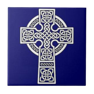 Blanco de la cruz céltica azulejo cuadrado pequeño