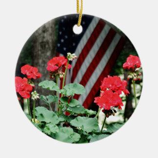 Blanco de la flor y de la bandera y azul rojos adorno navideño redondo de cerámica