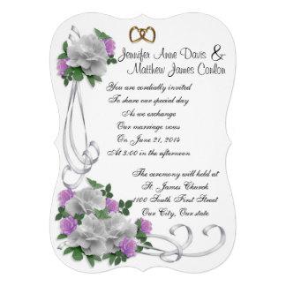 Blanco de la invitación del boda y rosas de la lav