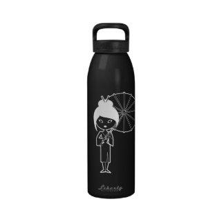 Blanco de la señora del geisha en negro botella de agua
