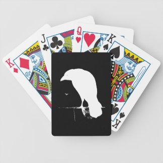 Blanco de la silueta del cuervo del vintage en el  baraja