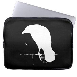 Blanco de la silueta del cuervo del vintage en el  mangas computadora