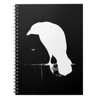 Blanco de la silueta del cuervo del vintage en el  libreta espiral