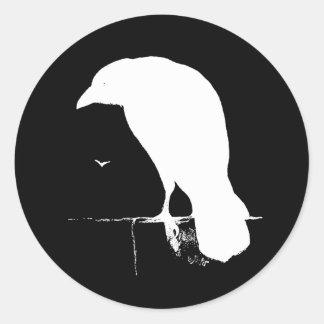 Blanco de la silueta del cuervo del vintage en el pegatina redonda