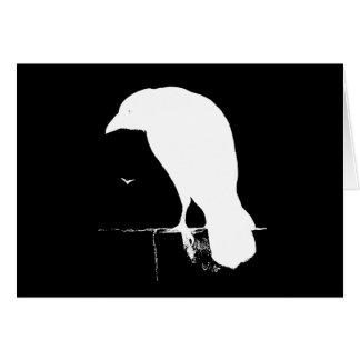 Blanco de la silueta del cuervo del vintage en el  tarjetón
