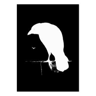 Blanco de la silueta del cuervo del vintage en el tarjeta de visita