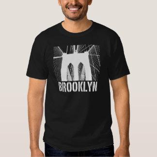 Blanco de la silueta del puente de Brooklyn Playeras