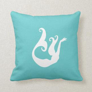 blanco de la sirena en la almohada del azul del tr