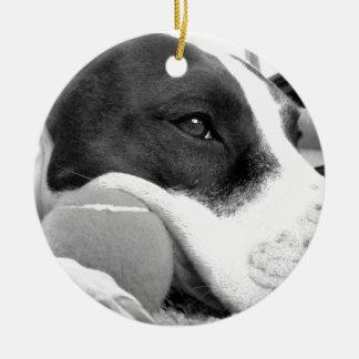 blanco de mirada triste lindo del negro del perro adorno navideño redondo de cerámica