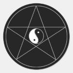 Blanco de Yin Yang del Pentagram Pegatina Redonda
