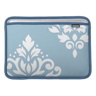 Blanco del arte I del damasco de la voluta en azul Fundas Macbook Air