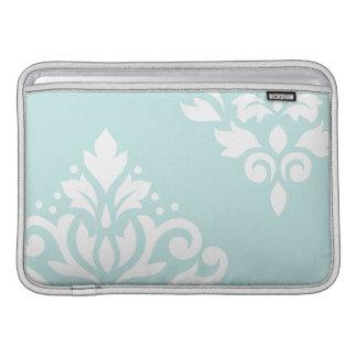 Blanco del arte I del damasco de la voluta en azul Fundas Para Macbook Air