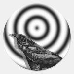 Blanco del cuervo en Halloween blanco y negro Pegatina Redonda